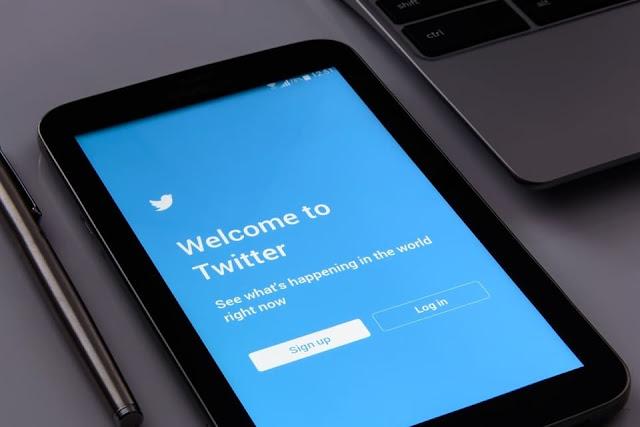 Smartphone com tela de boas vindas do Twitter