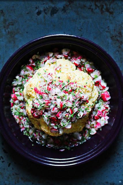 Blumenkohl im Ganzen gegart aus der Tajine mit lauwarmer Radieschenvinaigrette. Das besondere Rezept bei   Arthurs Tochter kocht. Der Blog für Food, Wine, Travel & Love
