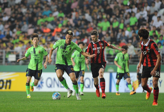 Jeonbuk's Kim Shin-wook holds off FC Seoul's Osmar in a thrilling 4-1 victory at the Jeonju World Cup Stadium  (Photo Credit: Hyundai-MotorsFC.com)