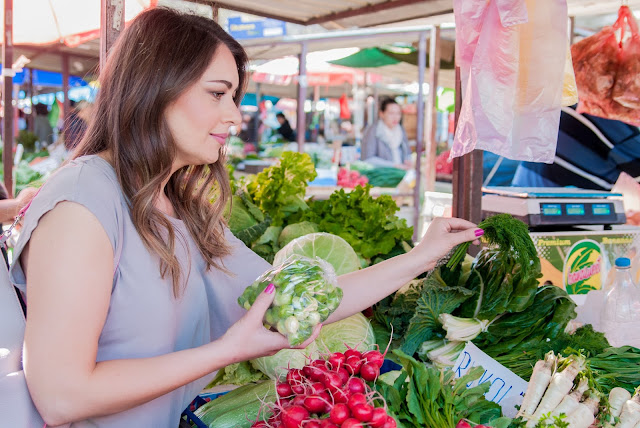 <a href='https://www.freepik.es/foto-gratis/mujer-de-compra-de-verduras-organicas-frescas-en-el-mercado-callejero-sonriente-mujer-con-vegetales-en-la-tienda-del-mercado-concepto-de-compra-de-alimentos-saludables_1192427.htm'>Designed by Freepik</a>