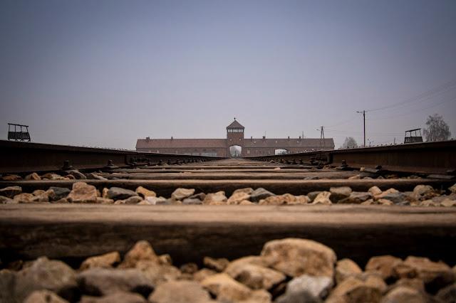 Binari e ingresso del campo di concentramento di Birkenau