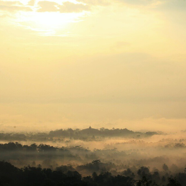 foto sunrise di putuk setumbu background borobudur