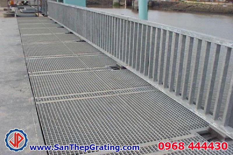 Tấm sàn grating, hàng rào mạ kẽm với vật liệu thép chất lượng cao, khả năng kháng ăn mòn tuyệt vời, duy trì tuổi thọ lâu dài