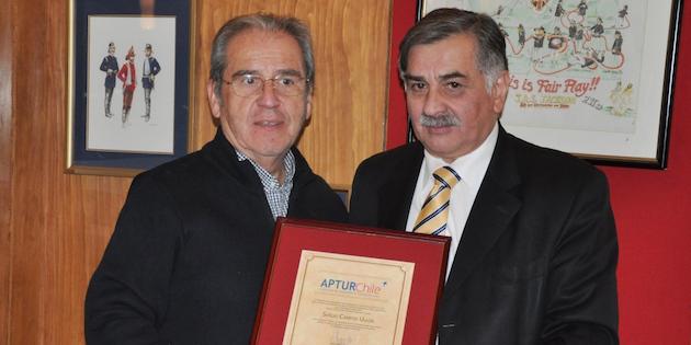 Ex presidente y actual presidente de Aptur sostienen galardón