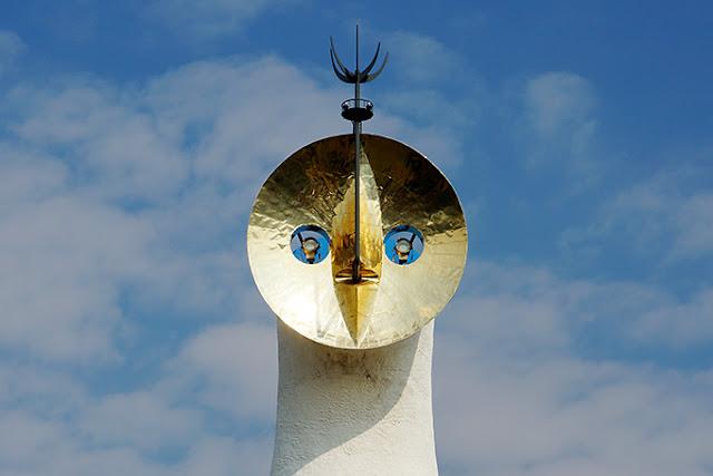 岡本太郎の名作「太陽の塔」のモデルはカラス?天照?隠された秘密とは? 【a】 黄金の顔  未来を表す