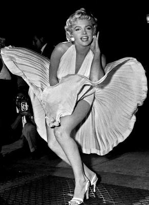 Marilyn Monroe posando con su vestido blanco