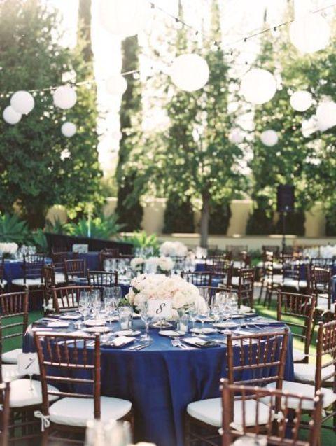 granatowe dekoracje slubne, ślub w plenerze