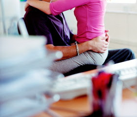 Ela sentada no colo do marido cornoela resolve levantar - 3 part 1