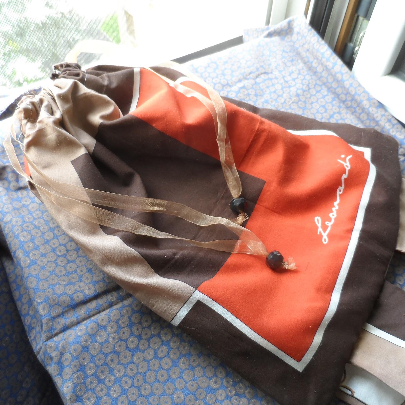 210983ef6422 Sto guardando con occhi diversi la scatola di foulard s.... - !!