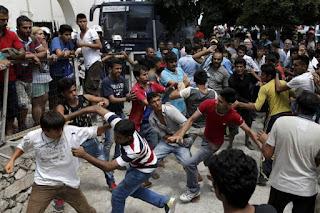 """Οι """"παράτυποι""""... μετανάστες χώρισαν τη Χίο σε «περιοχές» και παρενοχλούν κοπέλες. Προκαλούν συνεχώς με την συμπεριφορά τους!!!"""