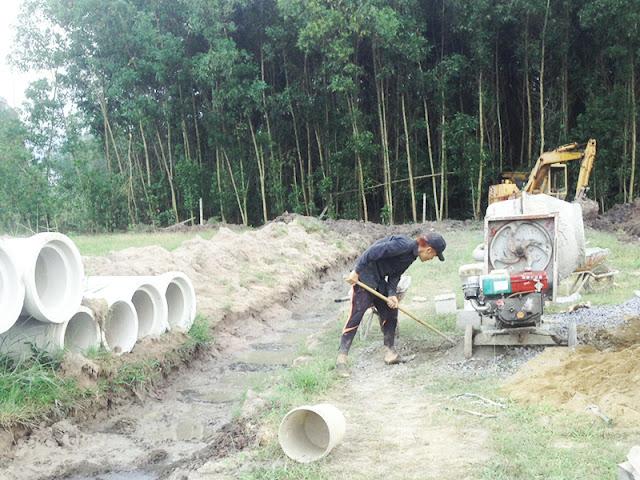 Công nhân đang tích cực thi công hạng mục lắp đặt cống thoát nước tại dự án Alibaba Long Phước 7.