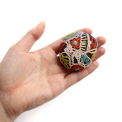 купить необычный морской сувенир - оплетенная бисером галька