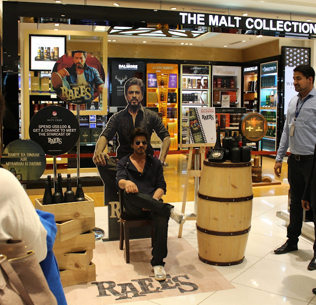 Shah Rukh Khan meets Raees at the Mumbai Duty Free Store