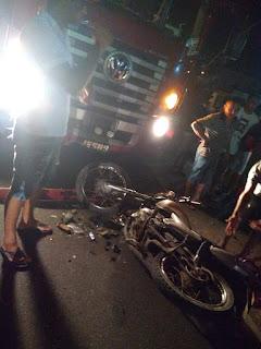 Homem bate moto de frente com carreta e é socorrido em estado grave em Barra de Santa Rosa