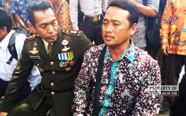 (Dandim) 0720Rembang Letkol Inf Darmawan Setiady (Kiri) berdialog dengan Kades Jambangan, M Hilaludin