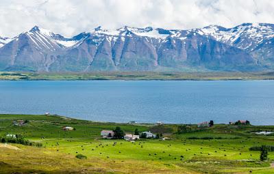 Preciosa vista del fiordo cerca de Dalvik, con los picos nevados de fondo