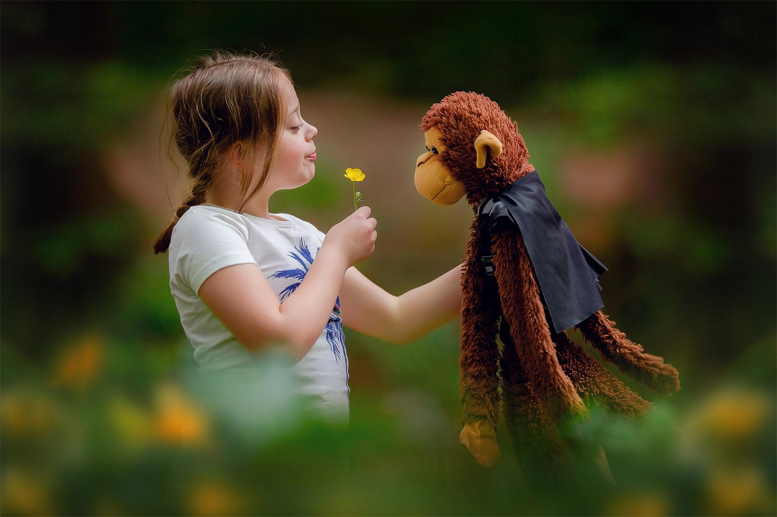 portret van een meisje met haar knuffel in de lente door fotograaf Willie Kers uit Apeldoorn