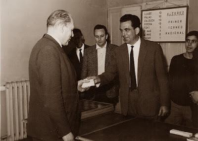 Àngel Ribera recogiendo su premio en el I Torneo Nacional de Ajedrez de Granollers 1964