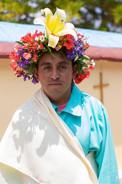 Apostol con corona de flores en tradiciones de Oaxaca