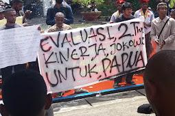 """2 tahun Jokowi : """"Payung"""" pencitraannya tak bisa menghadapi """"hujan"""" fakta di Papua"""