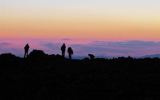 Turyści na Babiej Górze oczekujący wschodu słońca.