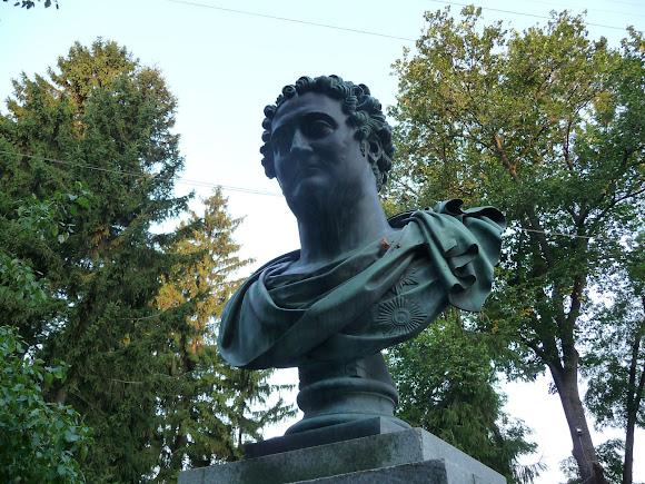 Ніжин. Пам'ятник І. А. Безбородьку біля університету