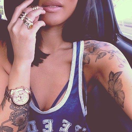 vemos a una modelo joven con un tatuaje en el interior del biceps