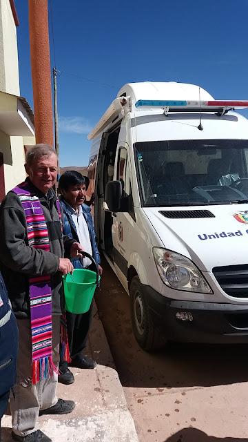 Heute konnte ich unser mobiles Zahnlabor vor der Kirche einweihen. Es ist ein Mercedes Sprinter, in den der Behandlungssessel etc. untergebracht ist. Jeder der 320 Bürgermeister Bezirke Boliviens bekam wenigstens ein solches mobiles Behandlungszimmer.😃