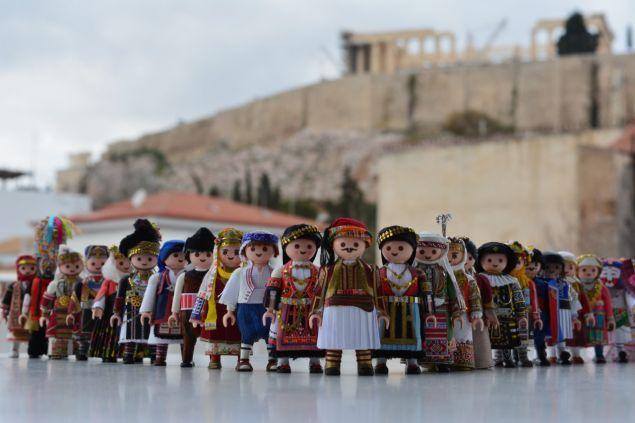 Playmogreek: Tα playmobil με τις ελληνικές φορεσιές στο Μουσείο Κυκλαδικής Tέχνης