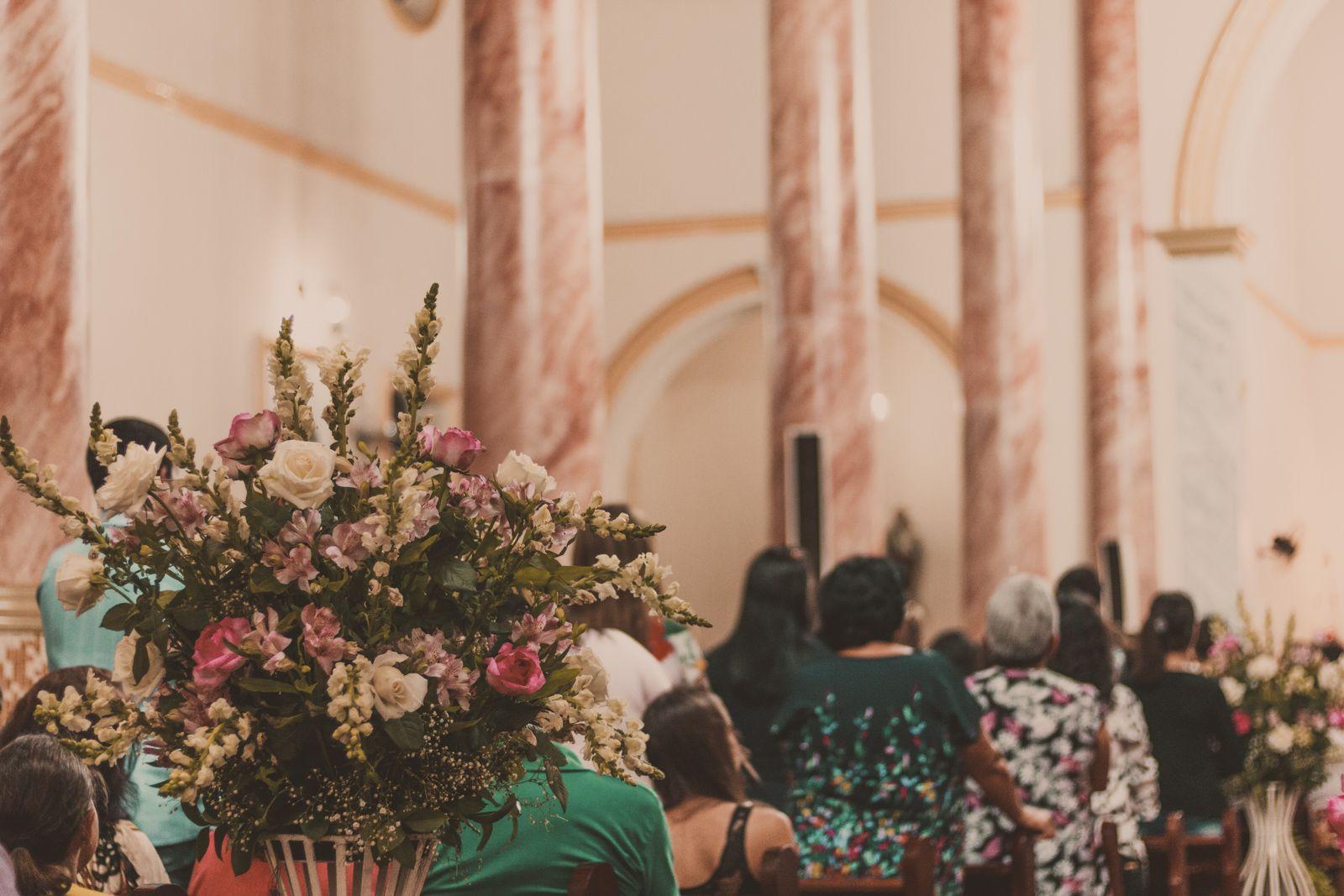 decoração flores na igreja