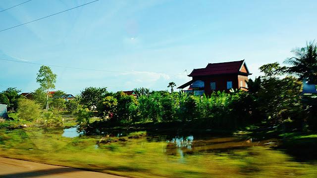 Изображение домов среди деревьев, Камбоджа