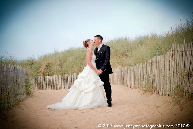 photo des mariés bisous dans les dunes, plage
