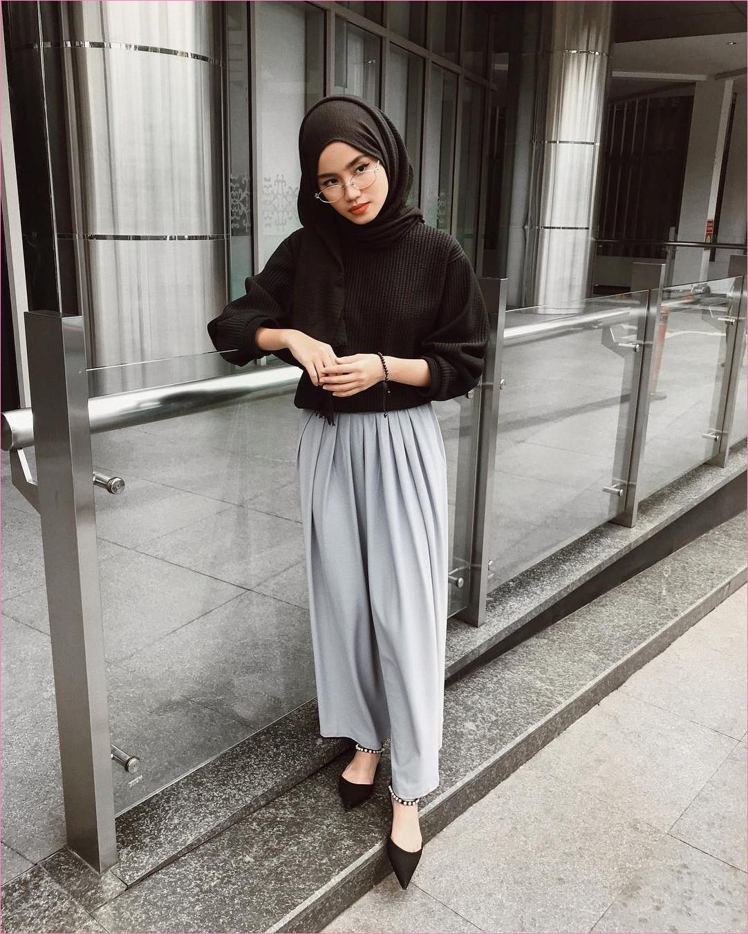 Outfit Kerudung Pashmina Ala Selebgram 2018 hijab pashmina rawis sweater hitam high heels sepatu cleopatra gelang tangan kacamata putih celana cullotes pallazo abu ootd trendy kekinian hijabers apartement hotel