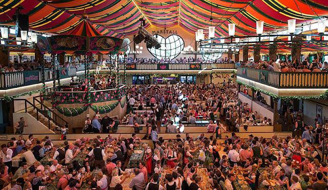 Público da Oktoberfest na Alemanha