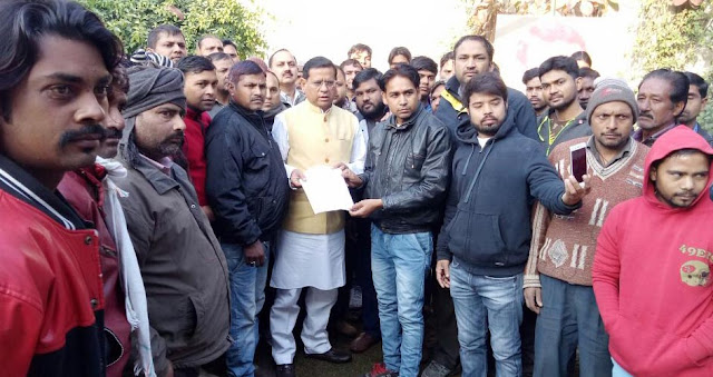 Bhopal Colony and Pata Colony residents handed over to BJP leader Rajesh Nagar and Councilor Naresh Nambardar