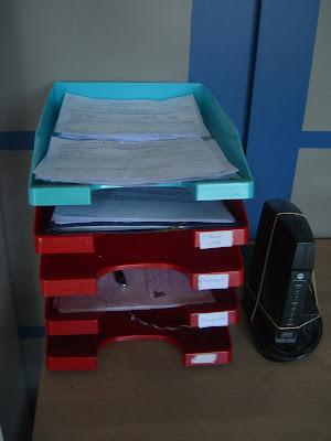 Papierbakjes op een bureau.