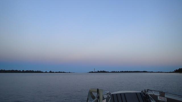 Iltarusko merellä, vene menossa kohti saaria