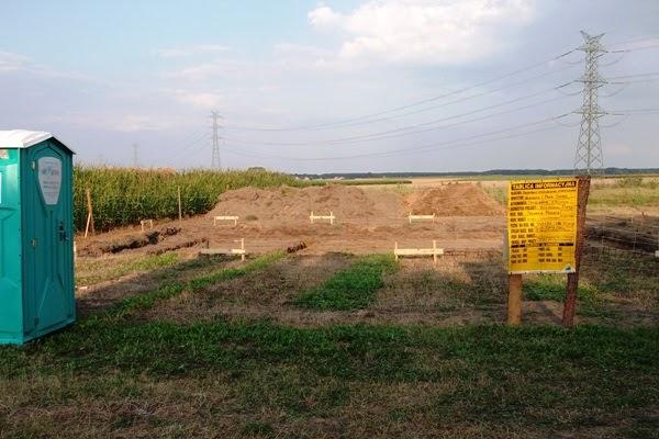 wykopy pod płytę fundamentową oraz wyposażenie budowy - ogrodzenie, toi toi i tablica informacyjna budowy