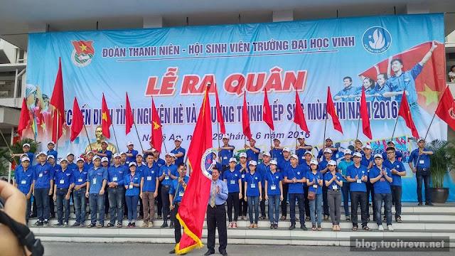 Thầy hiệu trưởng trao cờ chính thức khởi động chiến dịch tình nguyện hè và CT tiếp sức mùa thi 2016