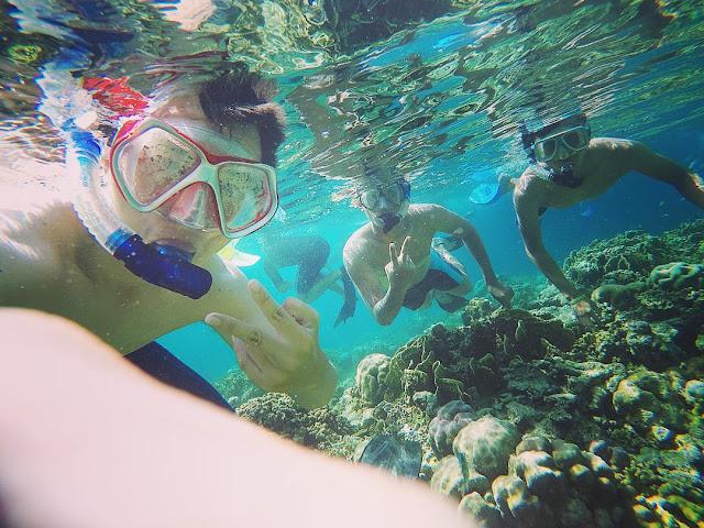 foto selfie saat snorkeling di pulau menjangan