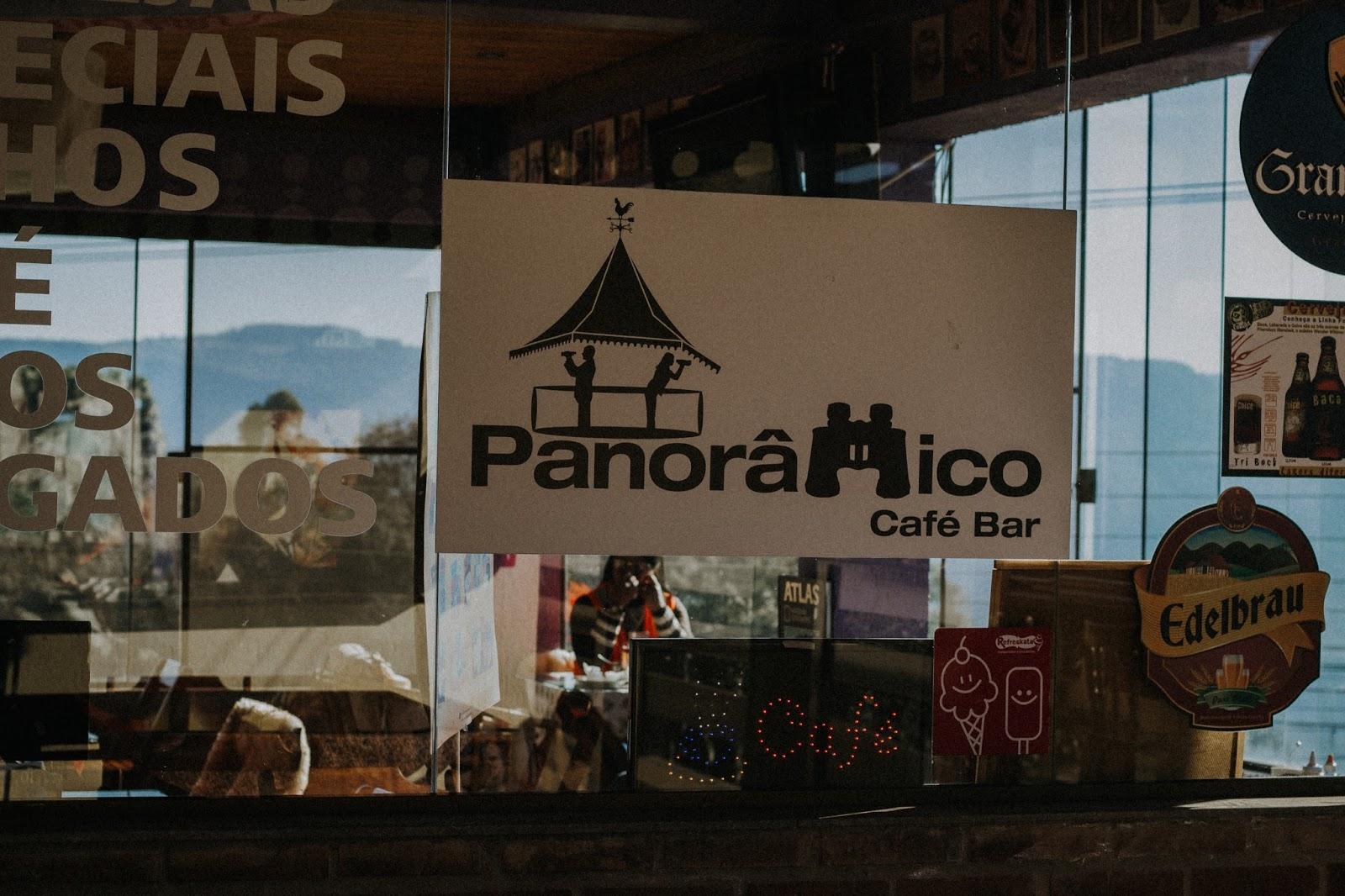 Serra Gaúcha: Um pouquinho de Nova Petrópolis - A segunda parada que fizemos em Nova Petrópolis foi passando o centro dela em direção a Gramado. Aproveitamos a parada para comer algumas gordices, esticar as pernas e encontramos esse local incrível. Nele tem algumas lojas de produtos locais, lojinhas de malhas, cosméticos, couros e um café Panorâmico com uma vista de tirar o folego.  Esse café fica bem em frente ao vale e possui uma varanda com cadeiras altas e bancada para quem quiser lanchar curtindo a vista. Se você quiser, eles também oferecem um empréstimo de binóculo para ter uma melhor vista do vale.