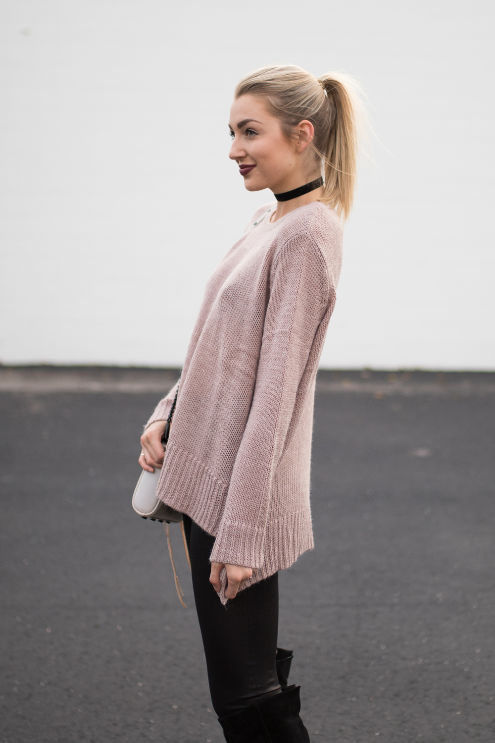 Oversized mauve sweater with a choker