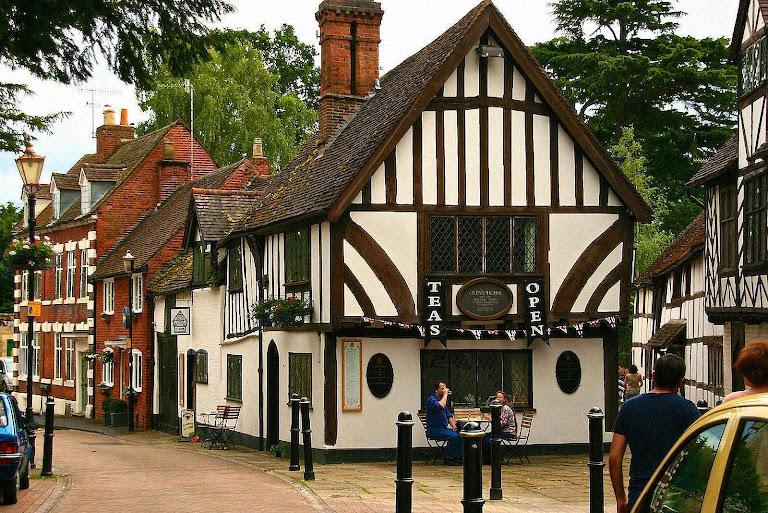 Um recanto nas ruas de Warwick, Grã-Bretanha