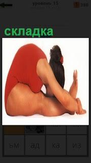 Женщина в красном купальнике полная согнулась пополам как складка