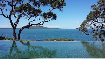 Окленд Новая Зеландия вид на океан из бассейна