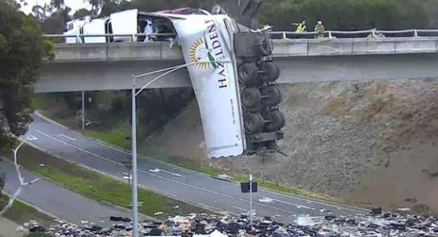 Truk Kecelakaan Dibiarkan Tergantung di Jembatan