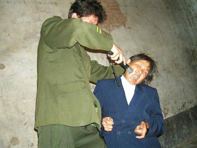 Encenação dos maus tratos para arrancar 'confissões'.