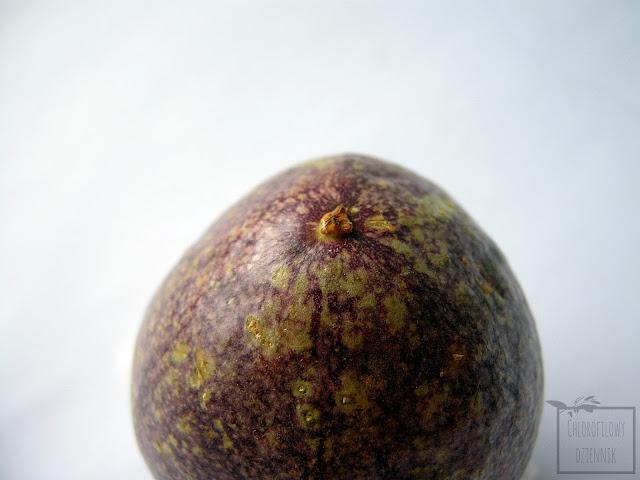 Marakuja, czyli męczennica jadalna (Passiflora edulis) - owoc. Skórka, miąższ, owoce marakui - zdjęcia.