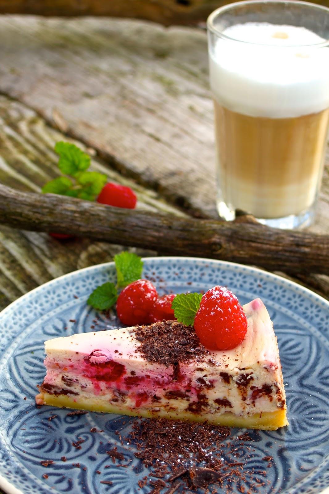 Köstlicher-Cheesecake-verfeinert-mit-Himbeeren-und-Schokolade