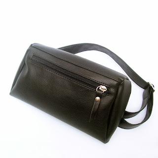 Riñonera en ecocuero con tres bolsillos, vista 45º